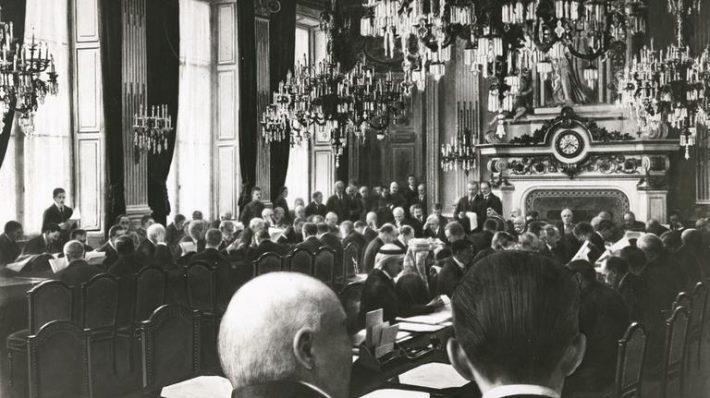 Pariisi rahukonverents. President Wilson lugemas ette Rahvasteliidu põhikirja. Foto: Prantsuse Välisministeeriumi arhiiv