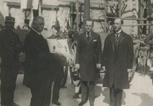 Vabadusristi üleandmine Verduni linnale. Verduni linnapea padjaga, sekretär Leppik, saadik Pusta. Foto: Eesti Rahvusarhiiv