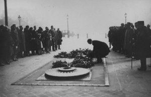 Pusta asetab pärja tundmatu sõduri hauale. Foto: Eesti Rahvusarhiiv