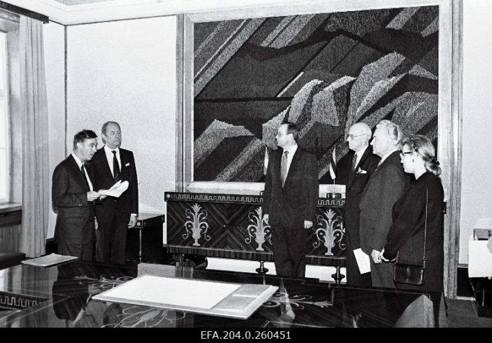 Prantsuse suursaadik Jacques Huntzinger annab A. Rüütlile volikirjad üle Kadriorus. Foto: Rahvusarhiiv, E. Prozes