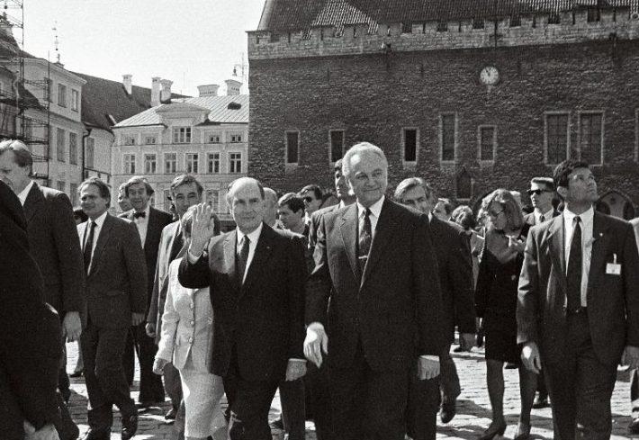 F. Mitterrand ja A. Rüütel Raekoja platsil rahvast tervitamas. Foto: Eesti Rahvusarhiiv, T.Veermäe