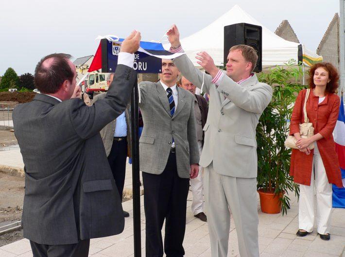 Võru-nimelise väljaku avamine Chambray-lès-Tours'is 30.05.2007. Chambray linnapea C.Gatard, Võru abilinnapea I.Mäesalu ja suursaadik M. Rava. Foto: EV Suursaatkond Pariisis