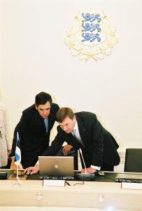 Prantsuse peaminister F.Fillon Eestis visiidil. Eesti peaminister A. Ansip tutvustab PM Fillon'ile e-valitsuse süsteemi.