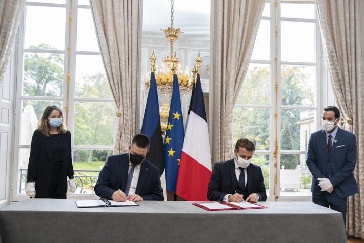 Peaminister Jüri Ratas ja president Emmanuel Macron kirjutavad alla strateerilise partnerluse deklaratsioonile 28.10.2020. Foto: Elysée