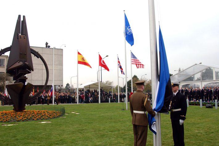 Eesti lipu heiskamine Brüsselis NATO peakorteris. Foto: välisministeeriumi arhiiv