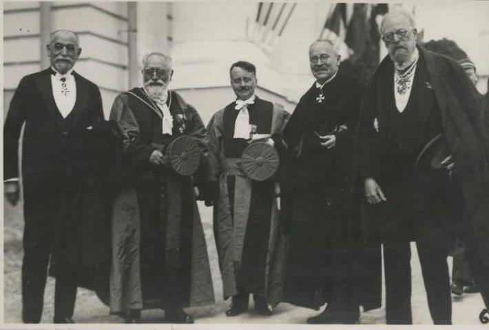 Ludvig Puusepp koos prantsuse teadlastega Tartu Ülikooli peahoone ees Tartu Ülikooli 300. aastapäeva pidustuste ajal. Foto: Eesti üliõpilaste selts Ühendus
